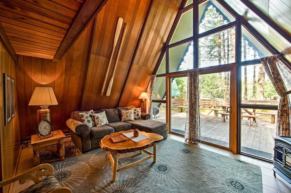 Living Room, 'alpine Annies' - 30 Min. to White Pass Ski Area!