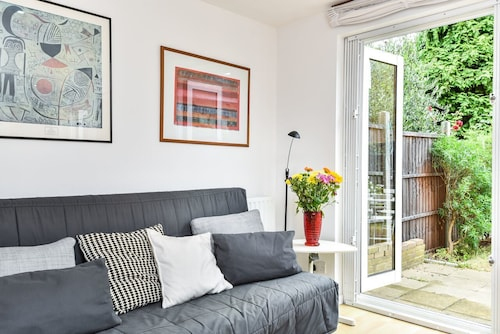 Modern 4 Bedroom Terraced House by the Thames!
