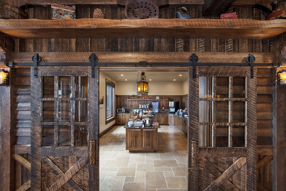 Breakfast Area, Country Inn & Suites by Radisson, Kalispell, MT - Glacier Lodge