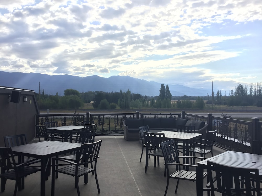 Terrace/Patio, Country Inn & Suites by Radisson, Kalispell, MT - Glacier Lodge