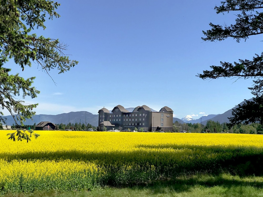 Property Grounds, Country Inn & Suites by Radisson, Kalispell, MT - Glacier Lodge