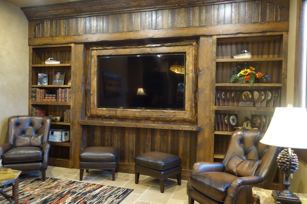 Library, Country Inn & Suites by Radisson, Kalispell, MT - Glacier Lodge