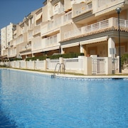 3 Bedroom Apartment With Communal Pool. Ideal Location
