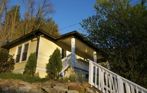 Great Place to stay Casalina. Minutes From Downtown and Walking Distance From the Brewery District near Asheville