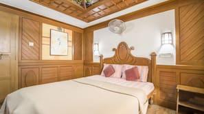 3 bedrooms, desk, bed sheets