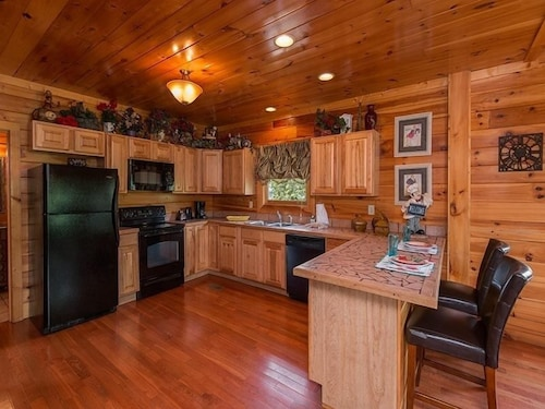Private Kitchen, Splash Country 4 Bedroom Cabin
