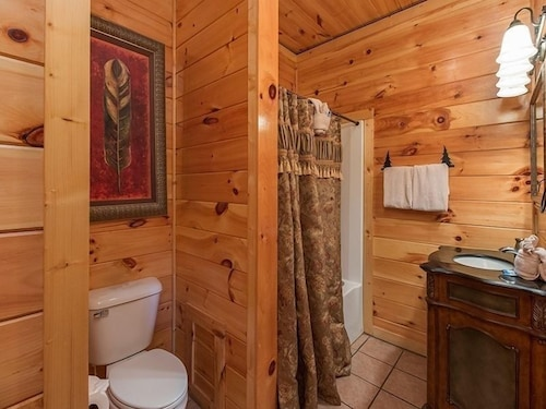 Bathroom, Splash Country 4 Bedroom Cabin