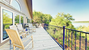 Lakefront 5br W/ Decks, Bbq & Pool 5 Bedroom Home