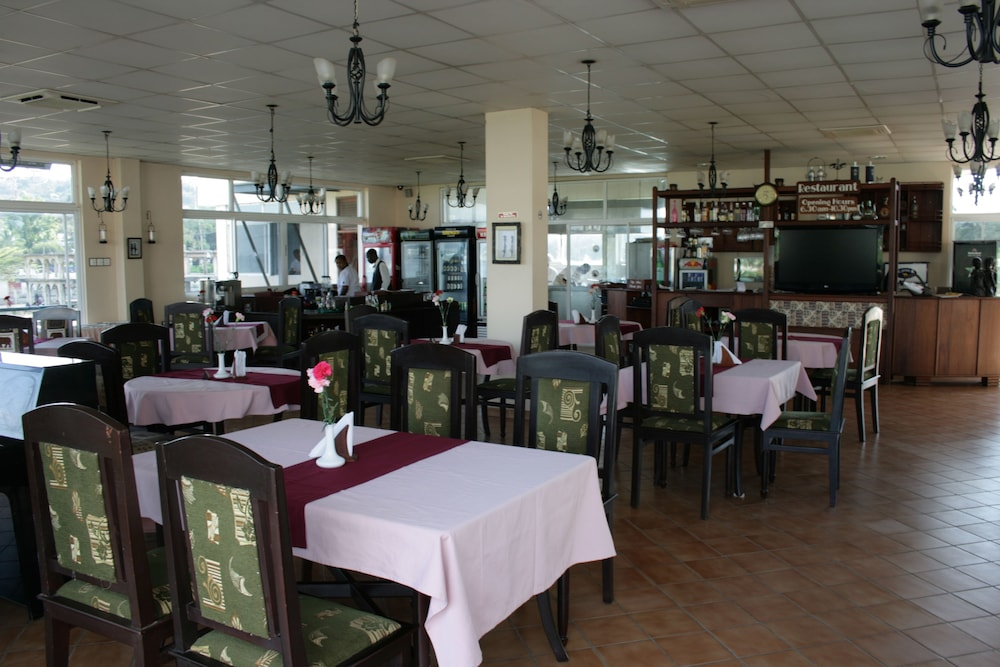 Restaurant, Ryan's Bay Hotel