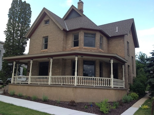 Vintage Victorian Home Near Eden Prairie And Easy Freeway Access Around Suburbs