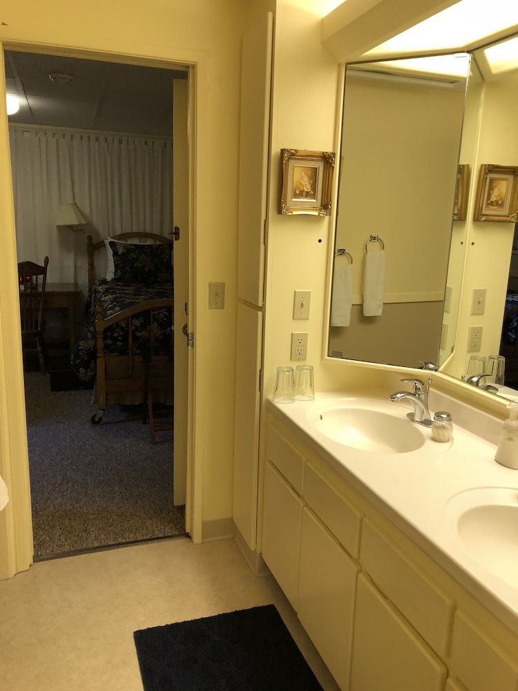 Bathroom, Deal's Bed & Breakfast Inn