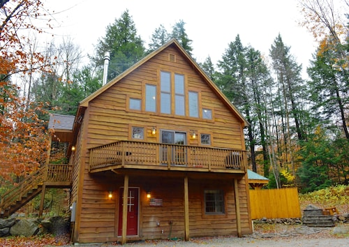 Lake/ski Chalet Mins to Sunrvr & N.pond, 2kitchens, Hottub, Gamerm, Wifi, Kayaks