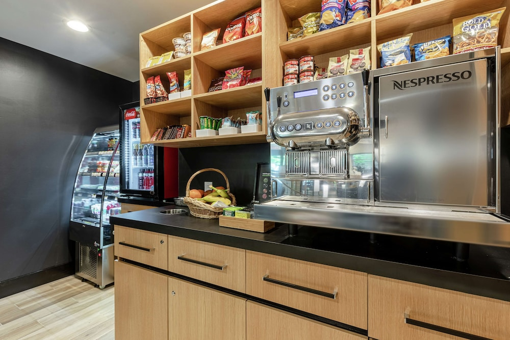 Snack Bar, DoubleTree by Hilton Quebec Resort
