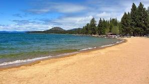 Praia particular nas proximidades, areia branca, espreguiçadeiras