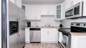 Frigorifero con congelatore, microonde, forno, lavastoviglie