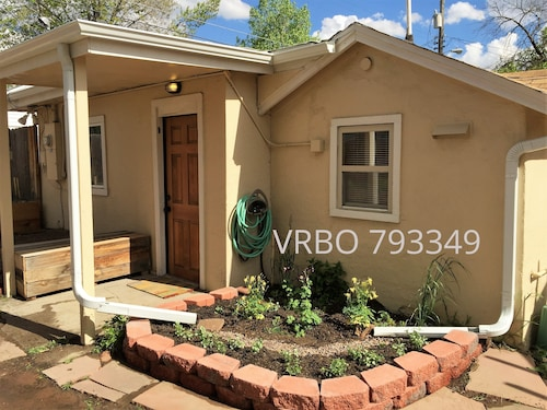 Mid-century Mod Stucco-with Private Courtyard! Pet Friendly!