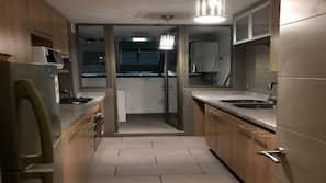 Geladeira grande, talheres/pratos/utensílios de cozinha