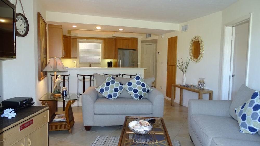 Trendy Florida Decor Condo-cute & Cozy With Teriffic Bay ...