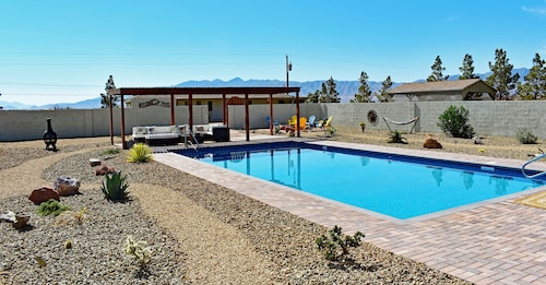 1100sqft Quiet Cottage w/ Pool Fire Pit Horseshoes Mountain Views