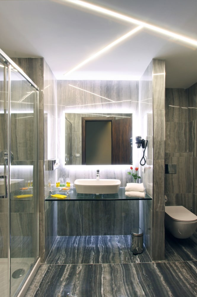 Bathroom, The Hive Hotel