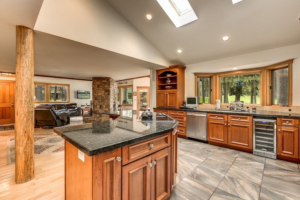 Premier Black Butte Golf Course Home w/ hot tub and Sauna: 2018 Room ...