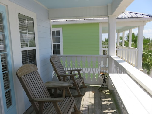 Island Oasis - Top Floor Apartment in Downtown Cedar Key With Gulf Views!