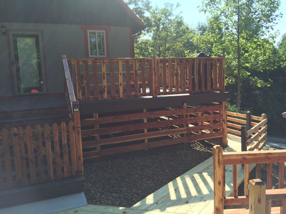Balcony, Talley's Cabins And Breakfast By Dale Hollow Lake.. Right Where You Want To Be!