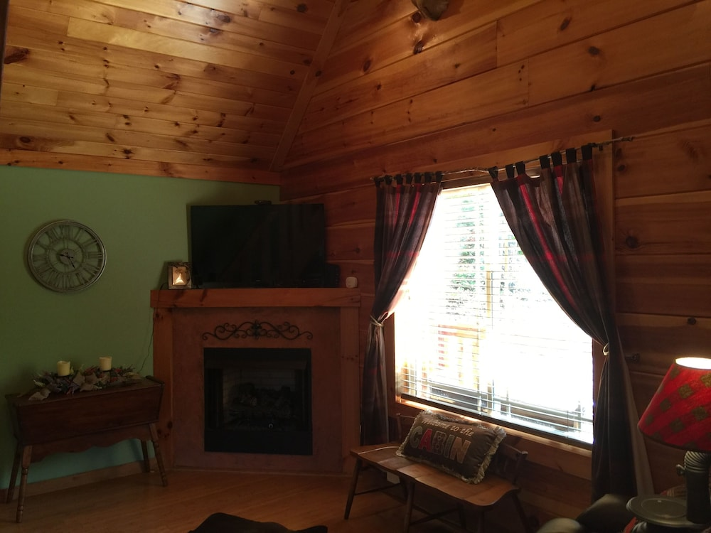 Living Room, Talley's Cabins And Breakfast By Dale Hollow Lake.. Right Where You Want To Be!