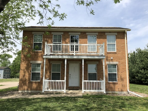 Mulholland Mansion House, Spacious Nauvoo Vacation Home, Sleeps up to 30!