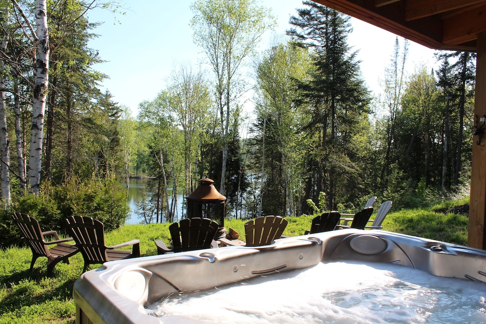Outdoor Spa Tub, Chalets Chinook - Lac Walfred