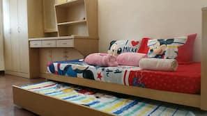 4 bedrooms, desk