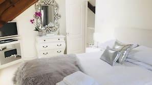 3 bedrooms, Egyptian cotton sheets, premium bedding, desk