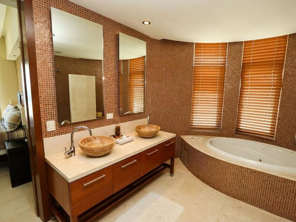 Bathroom, Encanto Living 0504 -2BR by Kivoya