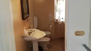 Quellwasserbad, Regendusche, kostenlose Toilettenartikel, Haartrockner