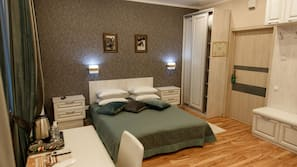 Roupas de cama premium, cofres nos quartos, escrivaninha
