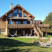 Luxury Lakefront Lodge on 4 Acre Penninsula. Wi-fi, Beach, Boats, Hammocks, More