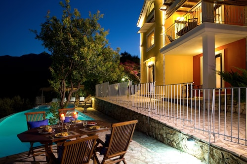 Last Minute Offer: 30% off for Sept and Oct - Luxury Villa Overlooking the sea