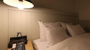 高級寢具、書桌、手提電腦工作空間、窗簾