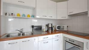 Réfrigérateur, four, batterie de cuisine, vaisselle et ustensiles