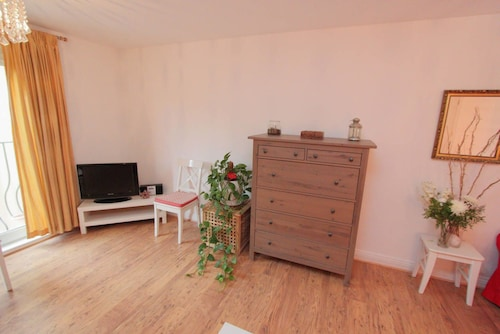 A Warm 2 bed Apartment With Parking