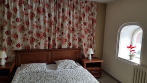 1 sovrum, mörkläggningsgardiner, strykjärn/strykbräda och sängkläder