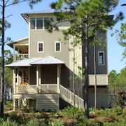 Walk to the Beach! 3 Bdrm Multi Level Home, Community Pool. Sleeps 6