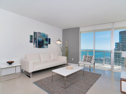 Renovated Modern Apartment With 2 Bedrooms Front Ocean Views. Free SPA