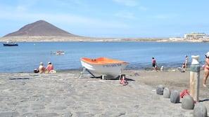 Tæt på stranden, liggestole, parasoller, badehåndklæder