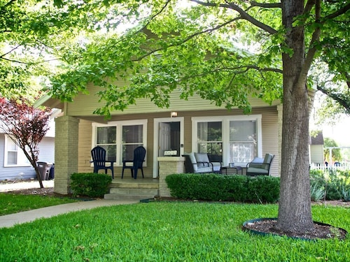 Great Place to stay TCU Bungalow 2 Blocks to Campus 3bd/1bth/sleeps 6 Walk to Shops/pubs/sportevents near Fort Worth