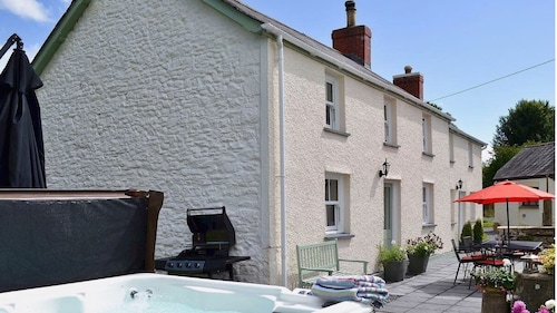 Ty Hugh - 18th Century Farmhouse With Modern Comforts and Wonderful Facilities