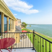 Lakefront, Elegant, Private Fishing, Walk to Beach & Restaurant- 5 Bedrooms
