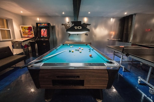 Bachelor/bachelorette Parties Welcome - Game Room, Sleeps 20