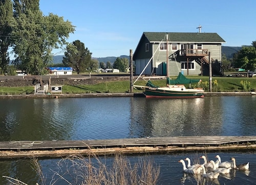 Beautiful Lower Columbia Hamlet On The Water