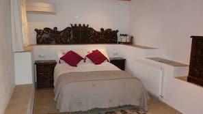 Caja fuerte, tabla de planchar con plancha, ropa de cama